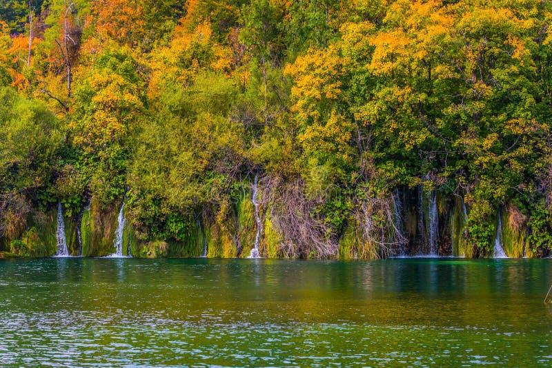 Viele kleinen Wasserfälle lizenzfreie stockbilder
