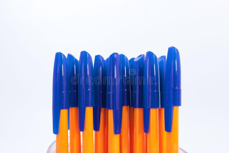 Viele Kugelschreiber auf einem weißen Hintergrund lizenzfreies stockfoto