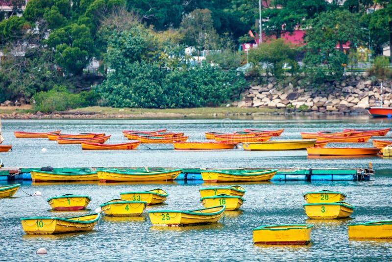 Viele leere Fischerboote verankert durch Regenpfeifer-Bucht ` s Tai Mei Tuk Pier No 1 in Hong Kong lizenzfreies stockbild