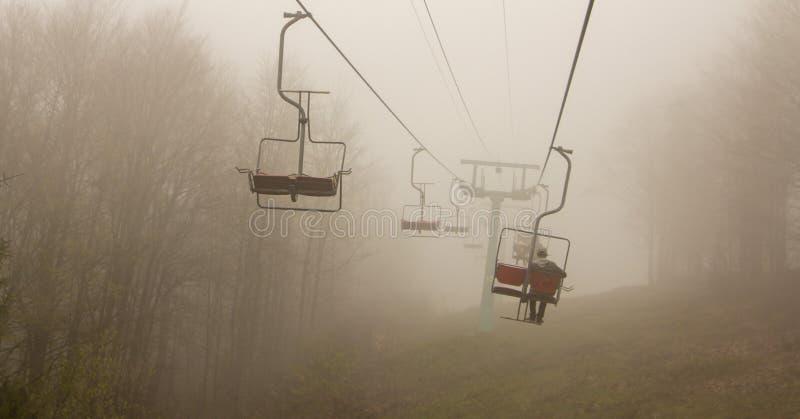 Viele leeren Skiaufzugstühle schließen in Folge oben im Sommer stockfoto