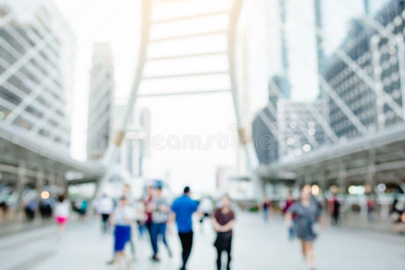 Viele Leute, die auf das skywalk mit undeutlichem Bild gehen lizenzfreie stockbilder