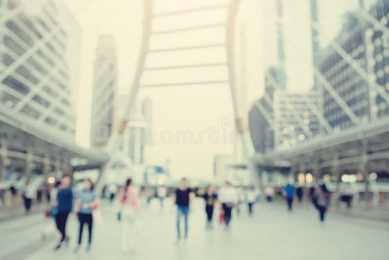 Viele Leute, die auf das skywalk mit undeutlichem Bild gehen lizenzfreie stockfotografie