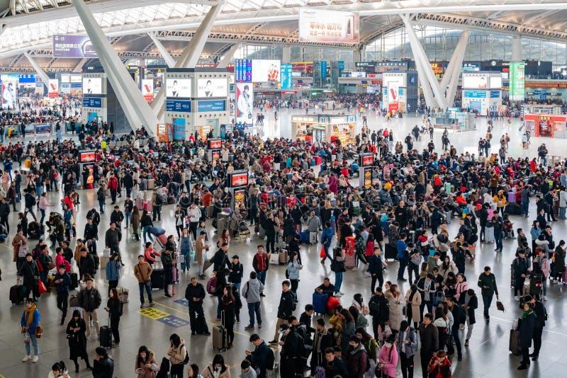 Viele Leute, die in den Zhaoqing-Hochgeschwindigkeitsbahnhof warten stockfotografie