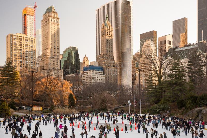 Viele Leute, die an der Eisbahn im Central Park, New York eislaufen lizenzfreies stockbild