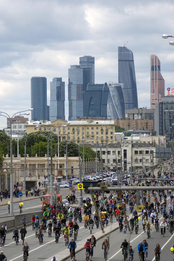 Viele Leute fahren Fahrrad im Moskau-Stadtzentrum lizenzfreies stockbild