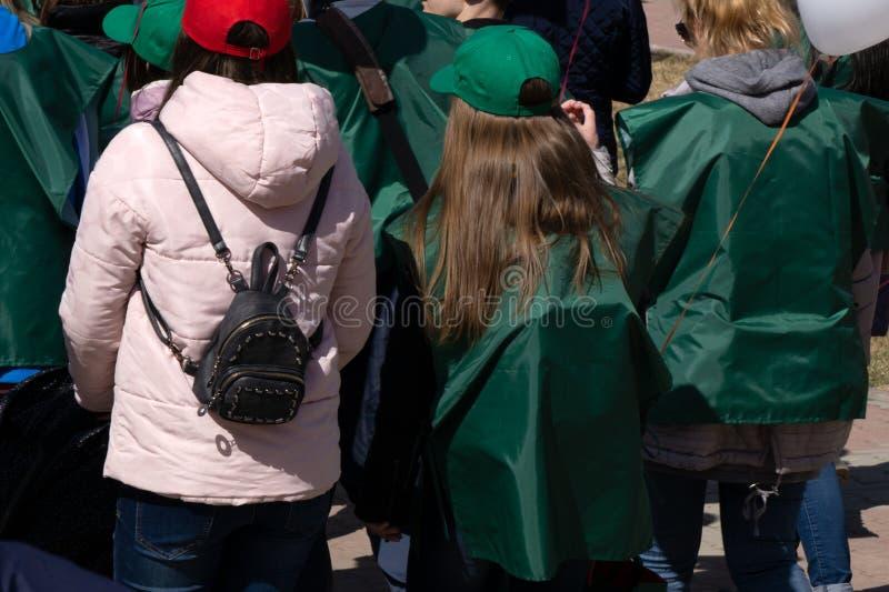Viele Leute feiern den Karneval im Animationsblock in der Parade durch die Straßen des Stadtzentrums stockbilder