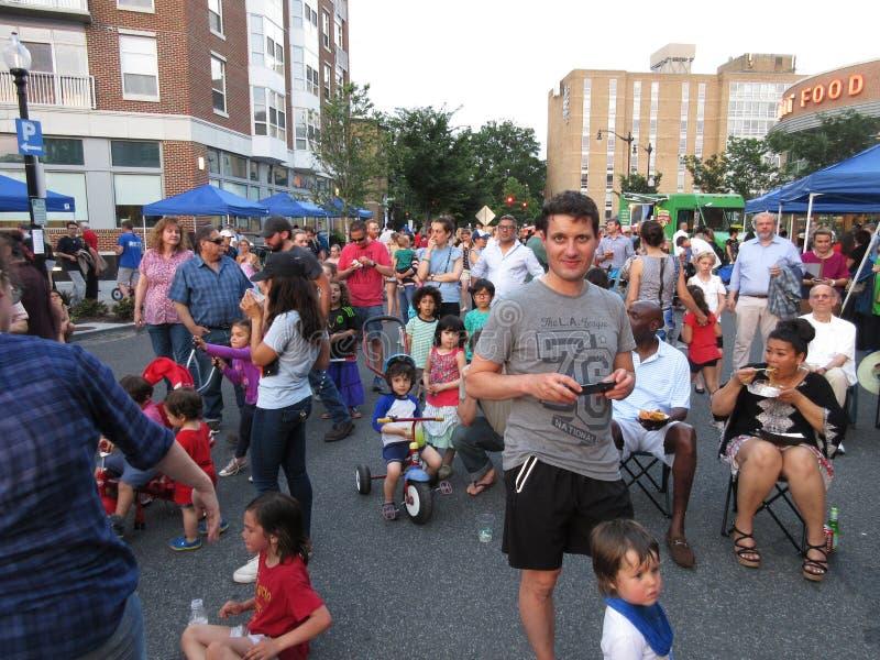 Viele Leute am Festival im Freien an den Kathedralen-Common lizenzfreie stockfotos
