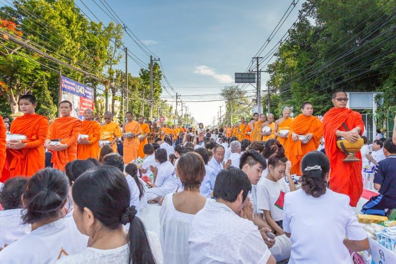 Viele Leute geben Lebensmittel und trinken für Almosen zu 1.536 buddhistischen Mönchen an visakha bucha Tag stockbild