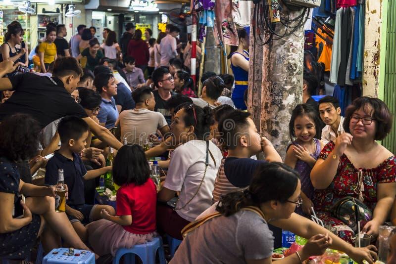 Viele Leute Restaurants in den im Freien, Hanoi, Vietnam stockfoto