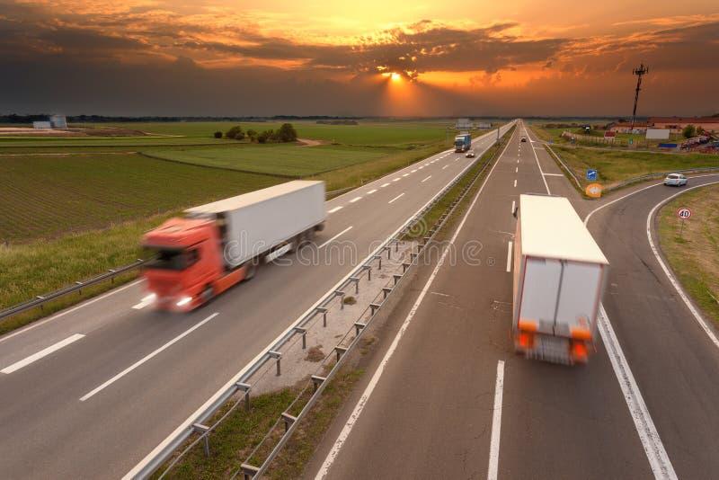 Viele LKWs in der Bewegungsunschärfe auf der Autobahn lizenzfreie stockbilder