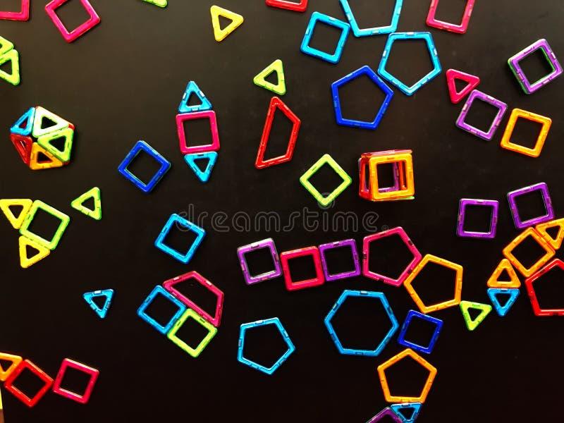 Viele Magneten werden auf der Tafel gehaftet lizenzfreie stockbilder