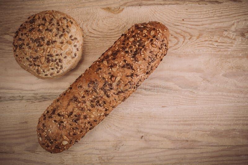 Download Viele Mischten Gebackene Brote Und Rollen Auf Rustikalem Holztisch Stockfoto - Bild von laib, mischung: 106801754