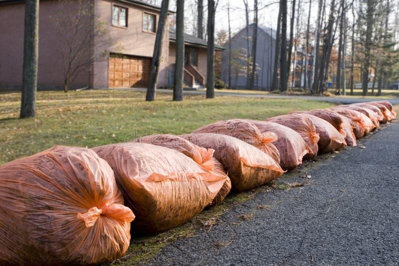 Viele orange Abfallbeutel an der Kandare lizenzfreies stockfoto