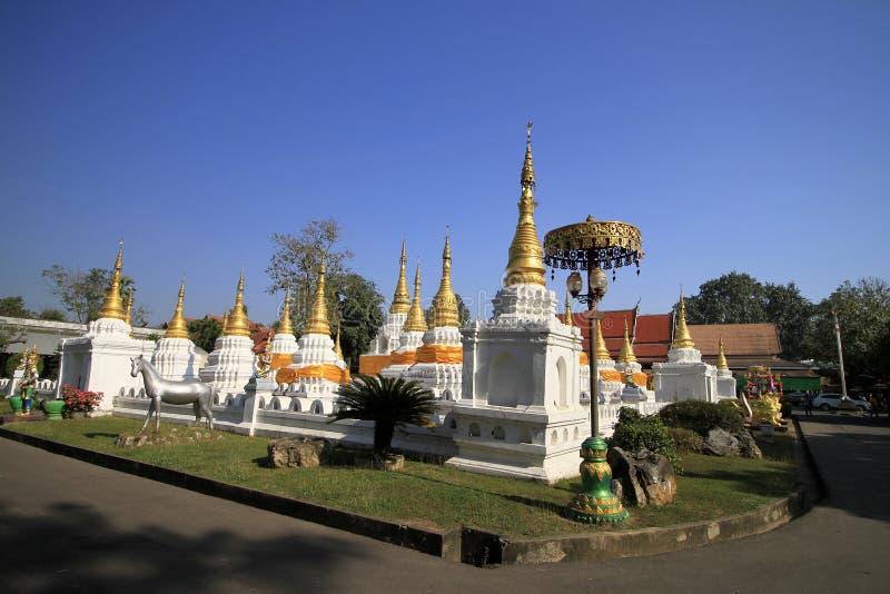 Viele Pagoden mit blauem Himmel des Signaltons am Wat-Chedi-Sao-Lang, Lampang lizenzfreies stockbild