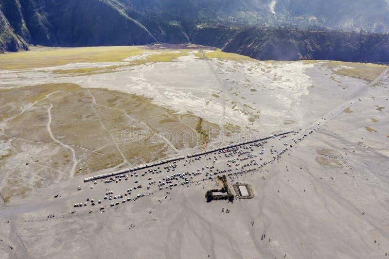 Viele Parkplatz auf Vorberge Bromo-Berg stockfotos