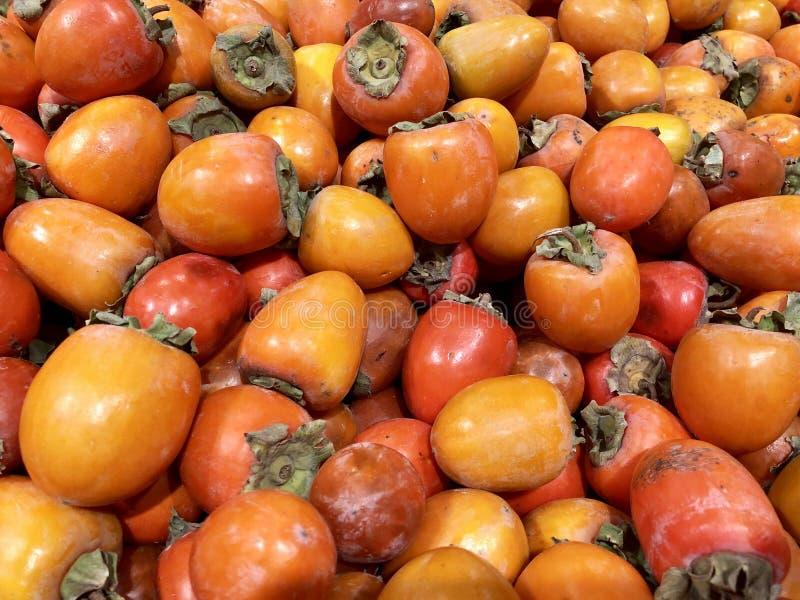 Viele Persimonen der frischen Früchte im Supermarkt, Nahrungsmittelkonzept lizenzfreie stockfotos