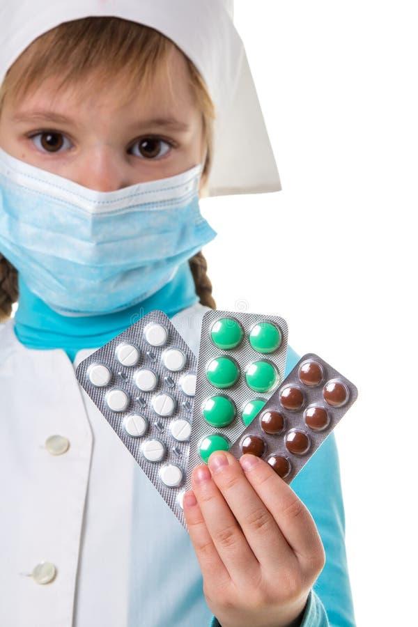 Viele Pillen der unterschiedlichen Farbe in den weiblichen Krankenschwesterhänden Pillen schlie?en oben Krankenschwester mit der  lizenzfreies stockbild
