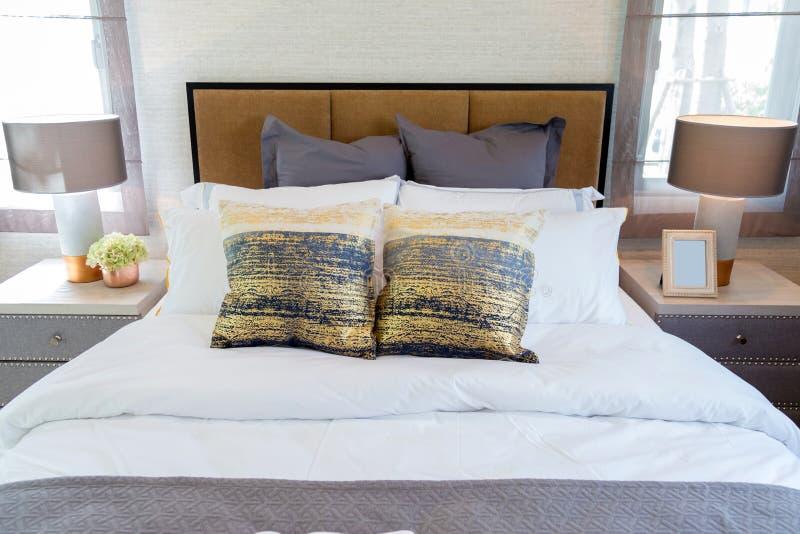 Viele pillow auf Bett im Schlafzimmer stockbild
