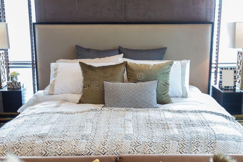 Viele pillow auf Bett im Schlafzimmer stockfoto
