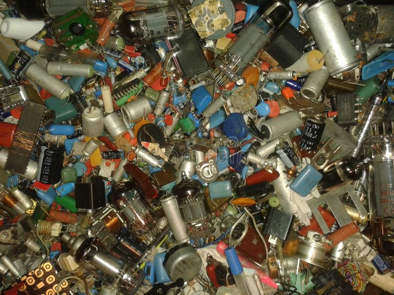 Viele Radiokomponentenwiderstände, Lampen, Spulen, Dioden, Kondensatoren, Transistoren, Spulen, Drähte lizenzfreie stockfotografie