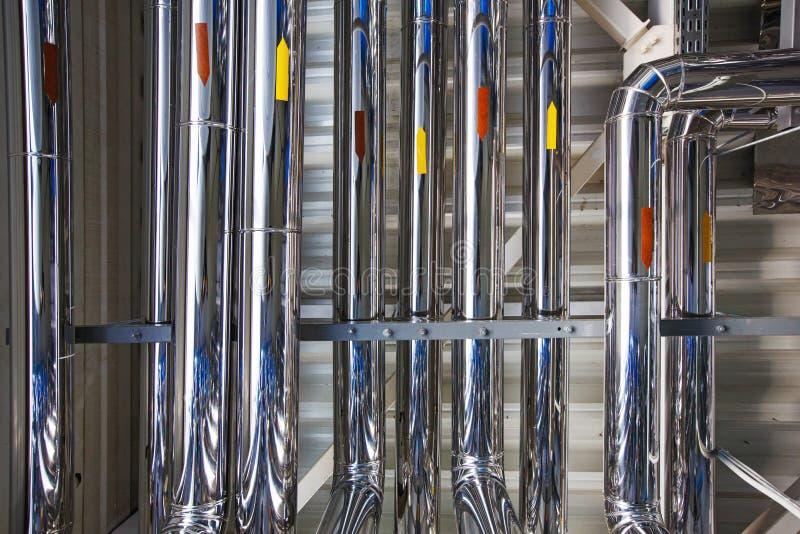 Viele Rohre in einem industriellen Raum; beschichtet mit rostfreiem stee lizenzfreies stockfoto