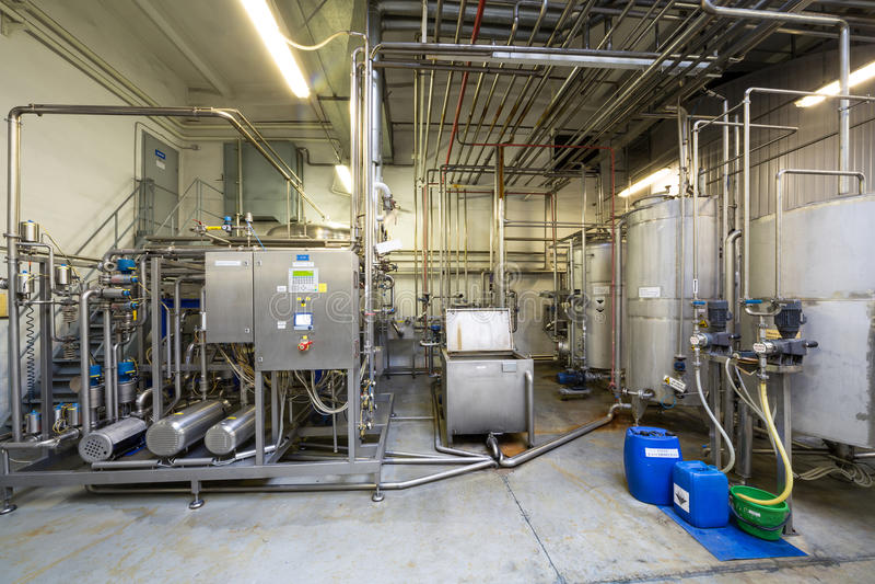Viele Rohre und Behälter im Shop der Brauerei Ochakovo lizenzfreies stockfoto