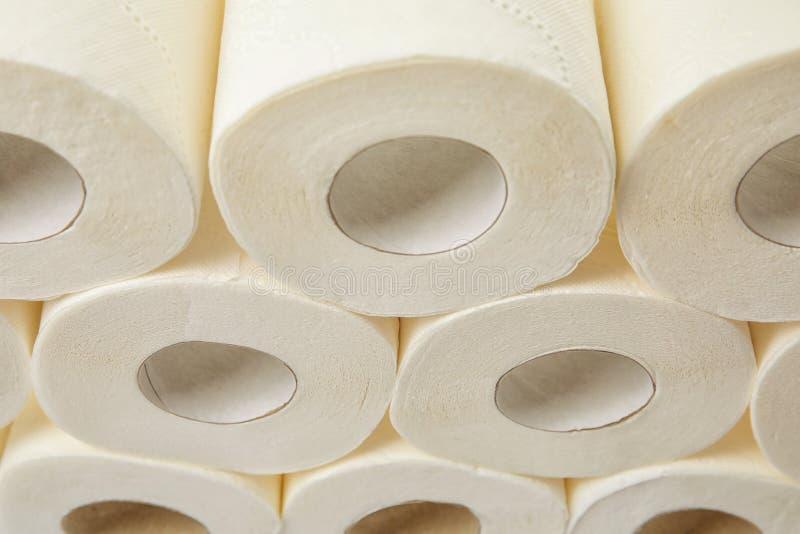 Viele Rollen des Toilettenpapiers stockbild