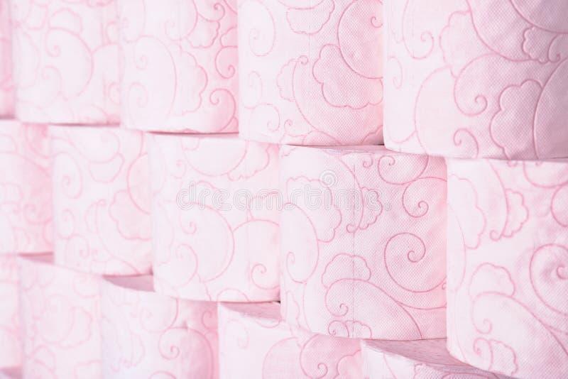Viele Rollen des Toilettenpapiers als Hintergrund stockfotografie