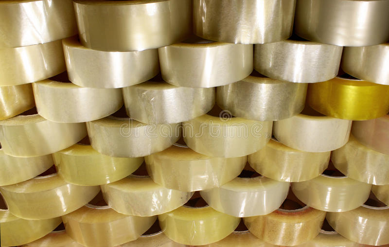 Viele Rollen des transparenten Verpackungsklebebands stockbild