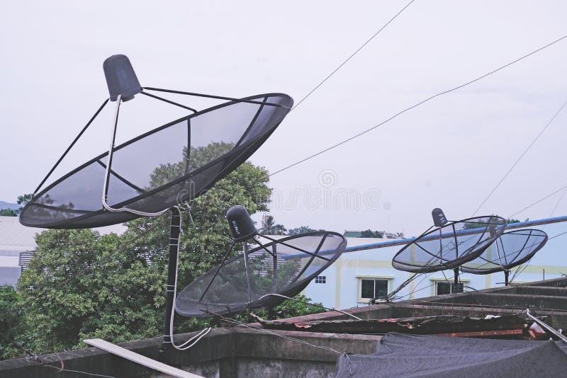Viele Satellitenschüsselsysteme auf dem Dach des Gebäudes stockfotografie