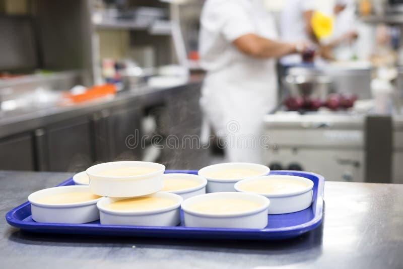 Viele Schüsseln mit der Küche des ain Restaurants der Creme brulee stockfoto