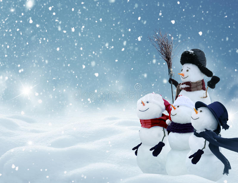 Viele Schneemänner, die in der Winter Weihnachtslandschaft stehen