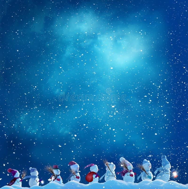 Viele Schneemannschneemänner gehen in Winter Weihnachtslandschaft lizenzfreies stockbild