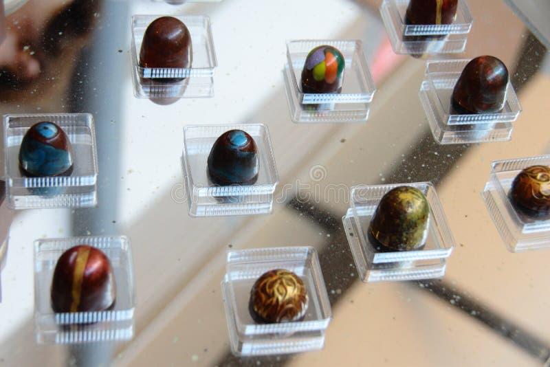 Viele Schokoladenpralinen von verschiedenen Farben lizenzfreies stockfoto