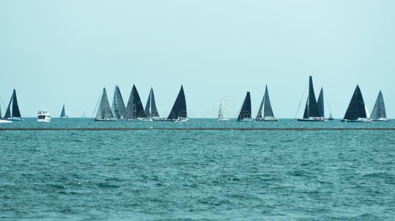 Viele Segelboote, die in einen Michigan See segeln stockfotografie