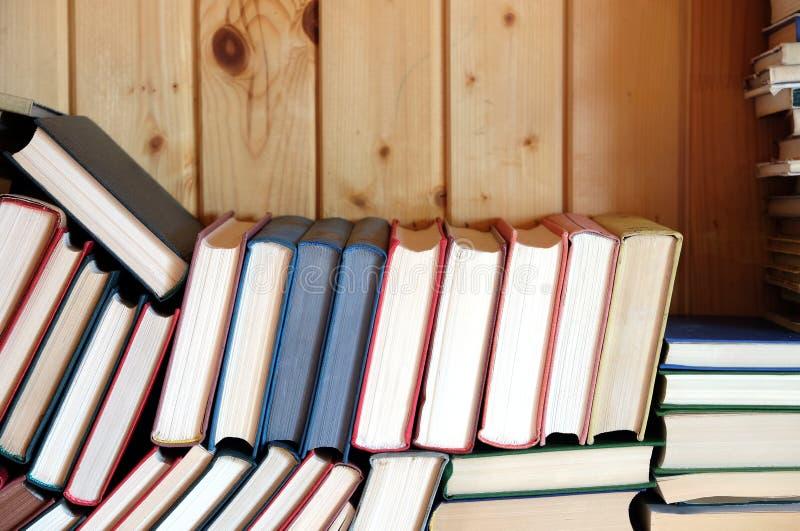 Viele sortierten alten Bücher legt zufällig in closeu Vorderansicht des Haufens lizenzfreies stockbild