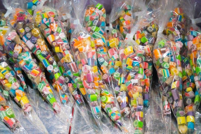 Viele sortierten süße Zuckersüßigkeiten auf Anzeige im Süßwarenladen stockfotos