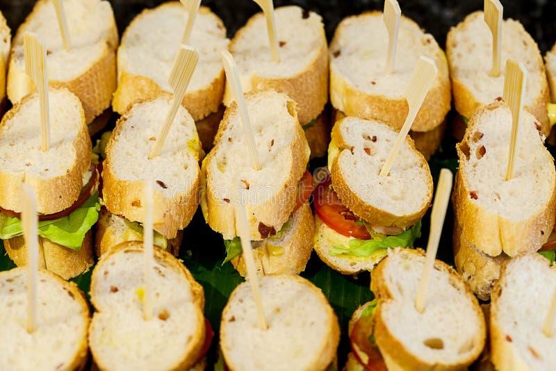 Viele Stücke Mini-sanwich auf weißem Teller für Buffet essen zu Mittag sanwich Canape für Cocktailabendessen lizenzfreies stockbild