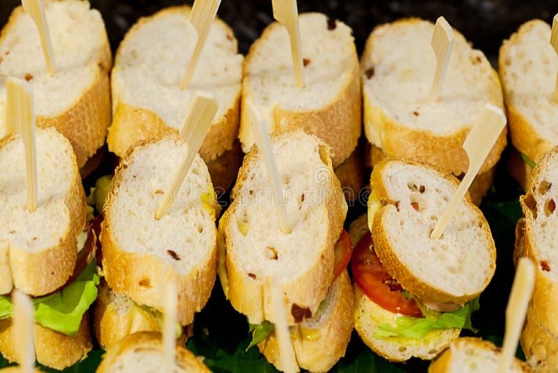 Viele Stücke Mini-sanwich auf weißem Teller für Buffet essen zu Mittag sanwich Canape für Cocktailabendessen stockbild