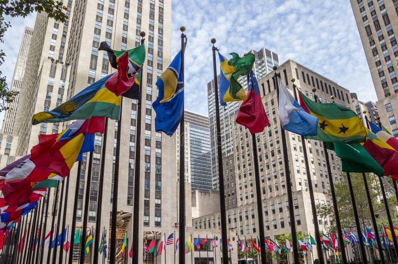 Viele Staatsflaggen in Rockefeller-Mitte in New York lizenzfreie stockbilder