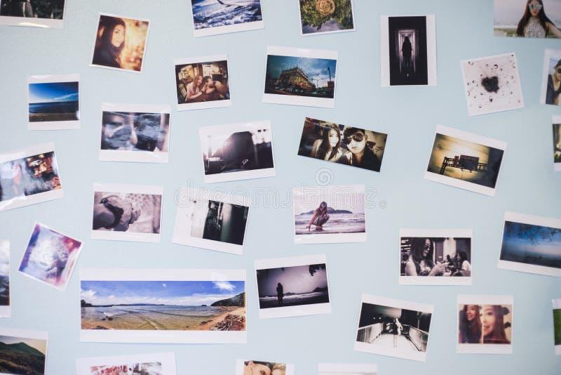 Viele stellen Moment von ein paar Liebe dar, auf einem blauen Pastellwandinnenraum, Tageslicht, selektiver Fokus zu verzieren stockfotografie