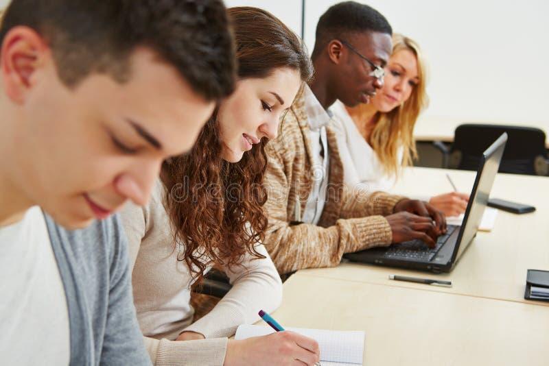 Studenten, die im Vortrag lernen stockbilder