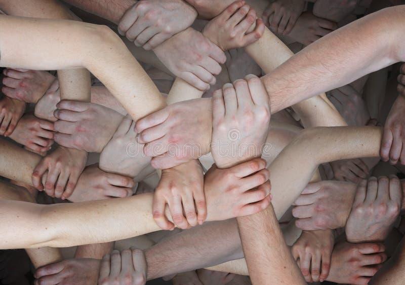 Viele surrealen Griffe, die sich halten Gemeinschafts- und Teamwork-Konzept stockbilder