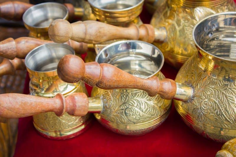 Viele türkischer Kaffee der Weinlese stockfotografie