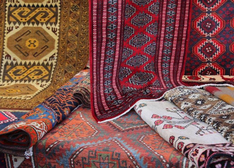 Viele Teppiche der unterschiedlichen Qualität im Verkauf im Markt lizenzfreie stockfotografie