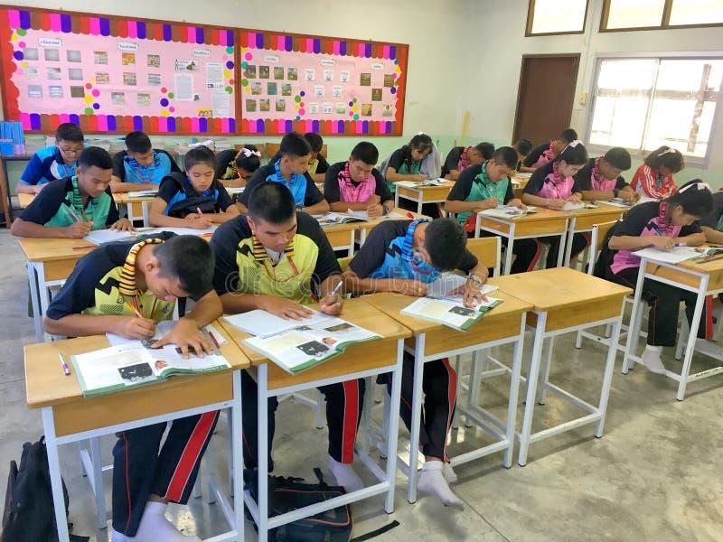 Viele thailändischen Studenten in ihrer Uniform studieren das Lektion togt lizenzfreie stockfotografie