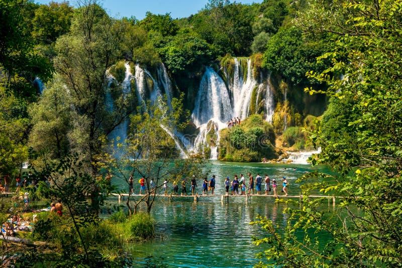 Viele Touristen besuchen Kravice-Wasserfälle auf Trebizat-Fluss in Bosnien und Herzegowina lizenzfreies stockbild