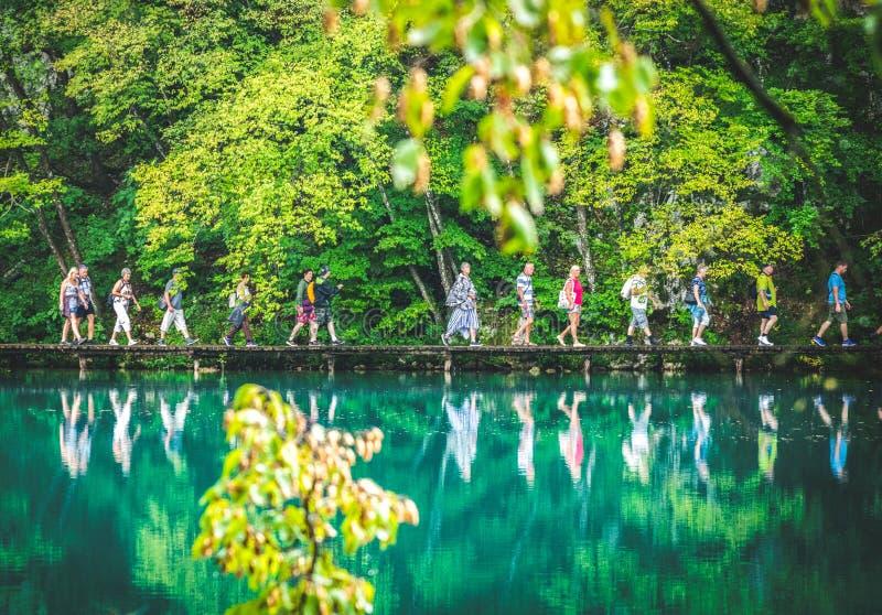 Viele Touristen in Plitvice-Park lizenzfreies stockfoto