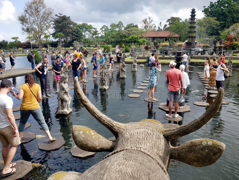 Viele Touristen in Tirta Ganga in der Hauptsaison lizenzfreie stockfotos