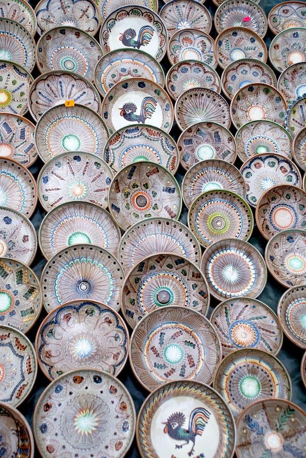Viele traditionellen rumänischen Tonwarenplatten stockfoto